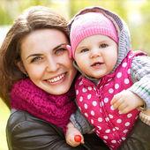 Anne ve kızı parkta eğleniyor — Stok fotoğraf
