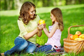 Mother and her child enjoy the early spring — Stock Photo