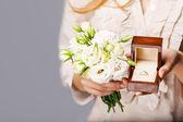 Zblízka nevěsty s kyticí květin a snubní prsten. — Stock fotografie