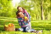 Matka i córka w parku. dzień matki. — Zdjęcie stockowe