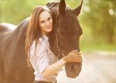 Güzel kadın ve at — Stok fotoğraf