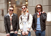 Three Young male fashion metraseksualy shop shopping walk — Stock Photo