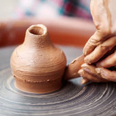 陶器のホイールに粘土で作る陶工の手. — ストック写真