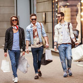 Three Young male fashion shop shopping walk — Stock Photo