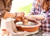 Kobieta pottera tworzenie misce koła garncarzy, główny pot — Zdjęcie stockowe