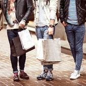 üç genç erkek moda yürüyüş alışveriş metraseksualy — Stok fotoğraf