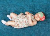 Cute newborn baby sleeps in a hat — Stock Photo