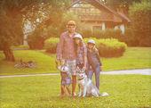 Padre y sus dos hijas en el parque con perro husky divertido pasan tiempo. — Foto de Stock