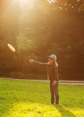 Girl spend a fun time at the park playing frisbee plate — ストック写真