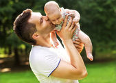 Dad and baby daughter playing in the park — Stock Photo