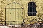 желтый сарай — Стоковое фото