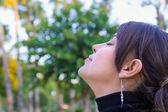 Disfrutar de la naturaleza hermosa chica — Foto de Stock
