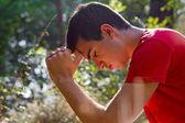 Homem orando na natureza — Foto Stock