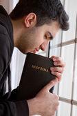 Hombre rezando por ventana — Foto de Stock
