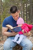 Biblia de lectura hija papá y bebé — Foto de Stock