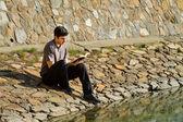 Biblia lectura hombre por lago — Foto de Stock