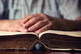 Masculino mão na Bíblia aberta — Fotografia Stock