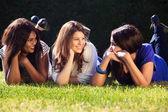 Jovencitas relajarse al aire libre — Foto de Stock