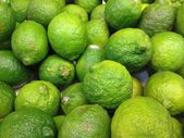 Key Lime on sale at the market — Stockfoto
