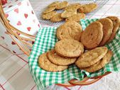Homebaked chocolate chip cookies. Baking, biscuits, cookie jar, basket, table setting, munch, yummy — Foto de Stock