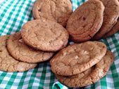 Homebaked chocolate chip cookies. Baking, biscuits, cookie jar, basket, table setting, munch, yummy — Stock Photo