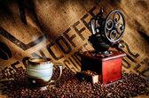Kahve çekirdekleri ve taşlama tezgahı — Stok fotoğraf
