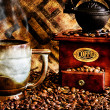 koffiebonen en grinder close-up — Stockfoto