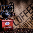 koffiebonen en grinder met zak close-up — Stockfoto