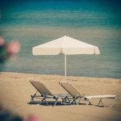 Chaises longues sur la plage en grèce, zakynthos - coaster vintage — Photo
