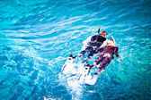 Couple skorkelling on the Great Barrier Reef, Australia — Stock Photo