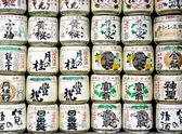 Barriles de sake en un templo japonés — Foto de Stock