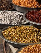 Indiase snacks in de markt in jaisalmer — Stockfoto