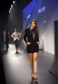 Melbourne, austrália - 18 de março: um modelo apresenta projetos por cooper de wayne na l'oreal 2010 festival de moda de melbourne no cais central, docklands, em 18 de março de 2010 em melbourne, austrália — Foto Stock