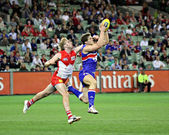 MELBOURNE - SEPTEMBER 12: Will Minson takes a strong mark in the AFL second semi final — Stock Photo