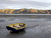 Rowboat at low tide - Otago Peninsula — Stock Photo
