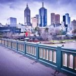 MELBOURNE, AUSTRALIA - AUGUST 14: Princes Bridge and Melbourne skyline. Melbourne is the 2nd most populous city of Australia — Stock Photo #30018111