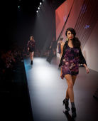 Melbourne, austrália - 18 de março: um modelo apresenta projetos pela joveeba no l'oreal 2010 festival de moda de melbourne — Foto Stock