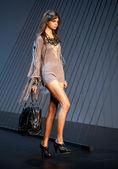 Melbourne, austrália - 18 de março: um modelo apresenta projetos por labios na l'oreal 2010 festival de moda de melbourne — Foto Stock