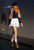 Melbourne, austrália - 18 de março: um modelo apresenta projetos por arabella ramsay na l'oreal 2010 festival de moda de melbourne — Foto Stock