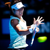 MELBOURNE - JANUARY 23: Li Na of China in her in her fourth round win over Victoria Azarenka of Belarus in the 2011 Australian Open — Stock Photo