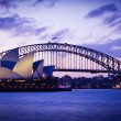 SYDNEY, AUSTRALIA - SEPT 1 : Sydney's most famous icons,  the Sydney Opera House and Harbour Bridge  — Stock Photo