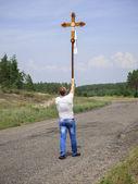 A man carries a cross — Stock Photo