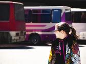 十几岁的女孩在公交车站 — 图库照片
