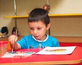 Dítě s kartáčem pro kreslení — Stock fotografie