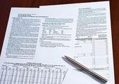Modulo fiscale con penna su una scrivania — Foto Stock