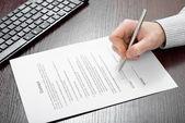 実業家によって署名契約 — ストック写真
