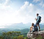 Escursionisti con zaini — Foto Stock