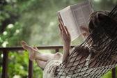Mujer acostada en una hamaca — Foto de Stock