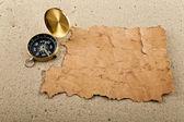 Kompass och gamla papper — Stockfoto