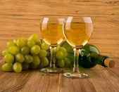 Copo e garrafa com vinho — Fotografia Stock